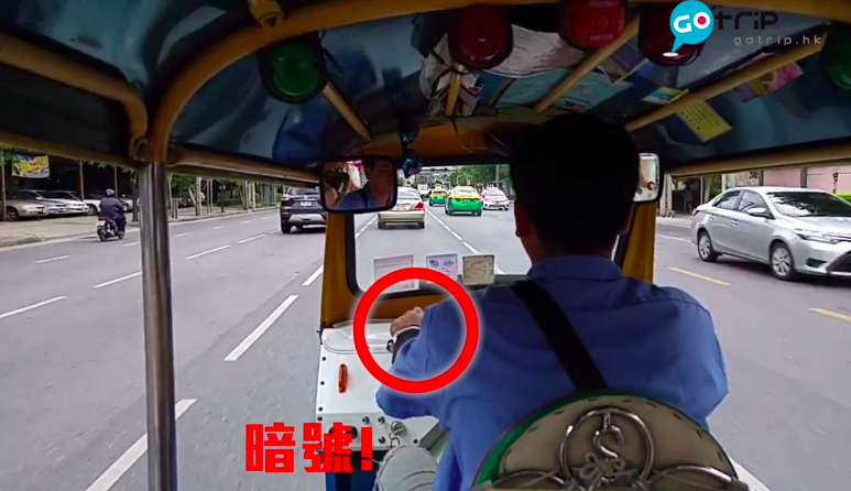 มอเตอร์ไซค์ซิ่งประกบรถตุ๊กตุ๊ก กระชากกระเป๋านักท่องเที่ยว  (คลิป)